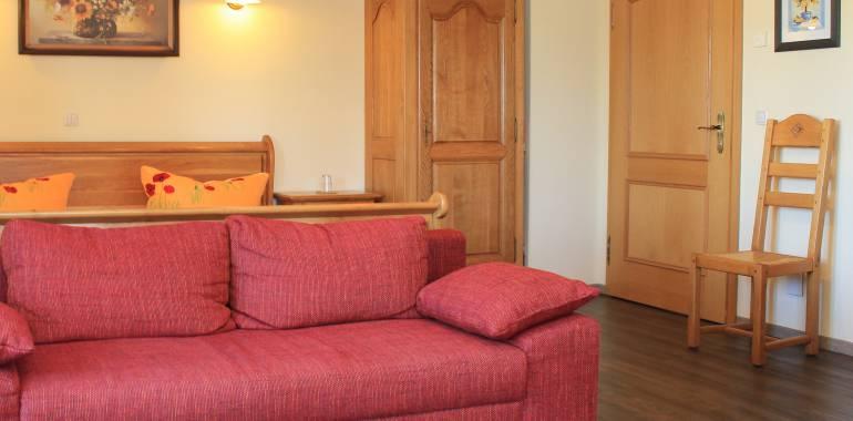 Bequemes Sofa im großen Doppelzimmer