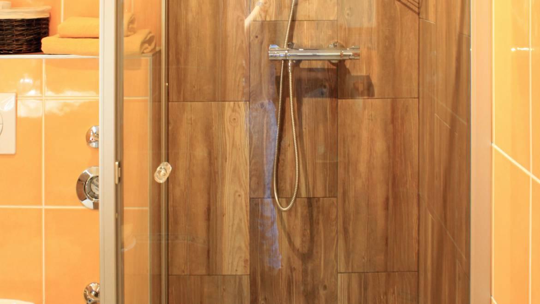 Dusche im großen Doppelzimmer